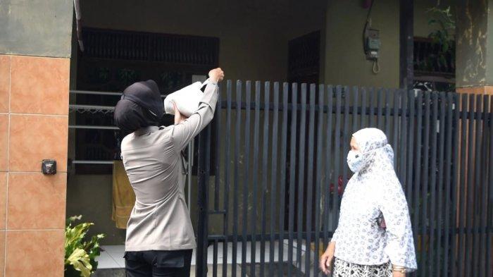 Polresta Cirebon Kirimkan Bantuan ATM Beras untuk Warga yang Menjalani Isolasi Mandiri