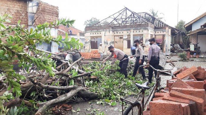 Polresta Cirebon Kerja Bakti Bersihkan Puing Dampak Puting Beliung di Desa Slangit