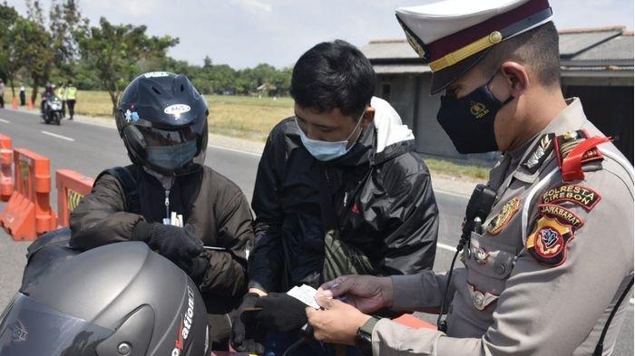 Tidak Putar Balik Pemudik, Polisi Cirebon Lakukan Ini Pada Pemudik yang Tak Bawa Surat Negatif Covid