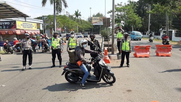 Petugas Pos Penyekatan Kalijaga Cirebon Putar Balik Puluhan Kendaraan ke Arah Jawa Tengah