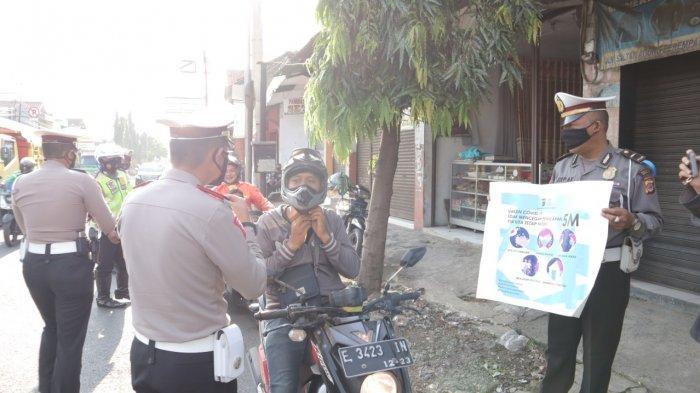 Pengendara Motor Tak Pakai Masker, Dicegat Polisi di Simpang Empat Pasar Sumber Cirebon