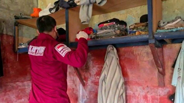 Razia di Kamar Sel Tahanan, Petugas Lapas Kelas II B Indramayu Menyita Sajam Hingga Gas Portable