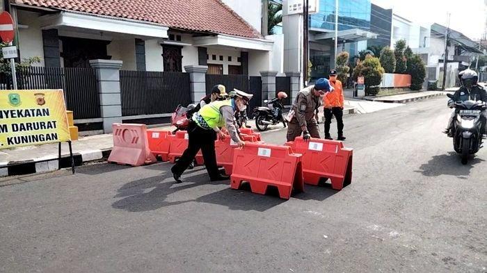 Penyekatan Jalan di Kuningan Mulai Jam 2 Siang Hingga 5 Pagi, Aktivitas Warga Makin Dibatasi