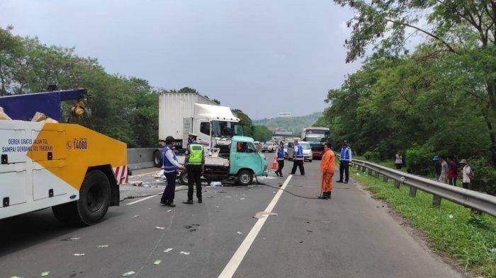 Ban Pecah Bikin Pikap Terbalik, Kontainer Menghindar Tabrak Median Jalan di Tol Cipularang KM 90