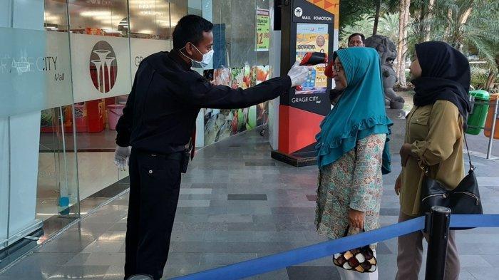Sebelum Masuk Grage City Mall, Pengunjung Diperiksa Suhu Tubuhnya & Diminta Gunakan Hand Sanitizer