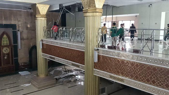 Plafon di ruang utama salat Masjid Islamic Center Indramayu Syekh Abdul Manan runtuh, Minggu (24/1/2021).
