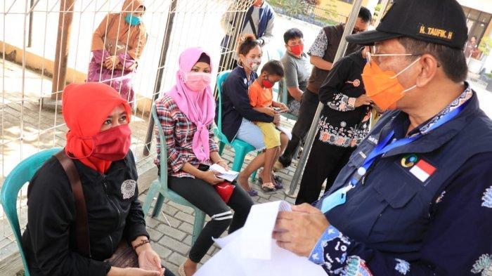 Antisipasi Pungli, Plt Bupati Indramayu Pantau Langsung Penyaluran Bansos Kepada Masyarakat