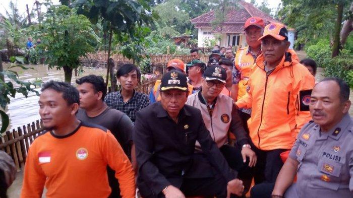 Plt Bupati Indramayu Tinjau Lokasi Banjir di Desa Sumuradem, Siapkan Posko Darurat untuk Pengungsi