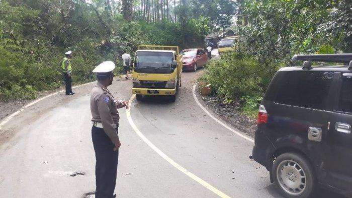 Pohon asem tumbang menutup Jalan Nasional di Kampung Panyairan, Desa Bojonggaling, Kecamatan Bantargadung, Kabupaten Sukabumi, Jawa Barat, Kamis (4/2/2021).
