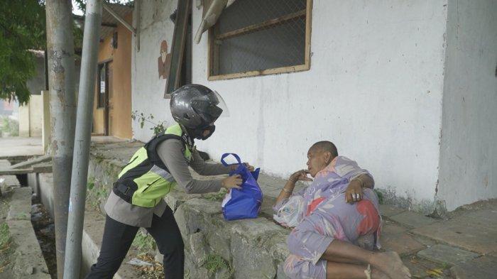 Seluruh Polisi di Indramayu Hari Ini Disebar Bagikan Sembako Ke Tetangga Rumah yang Terdampak PPKM