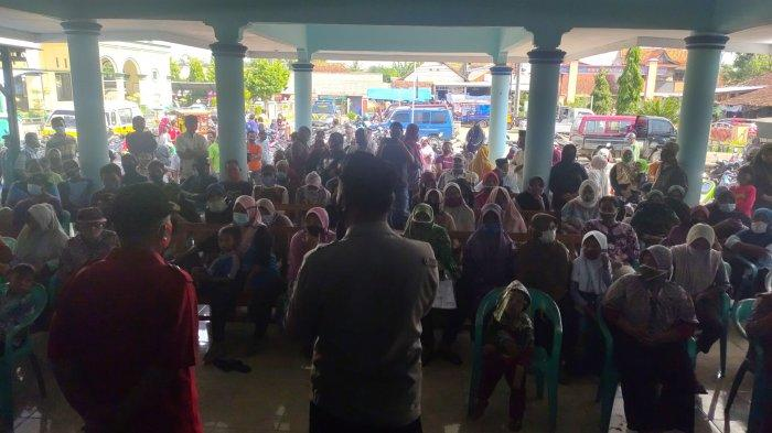 Demi Bantuan Bansos, Warga di Majalengka Berkerumun, Meski Takut Tertular Covid-19
