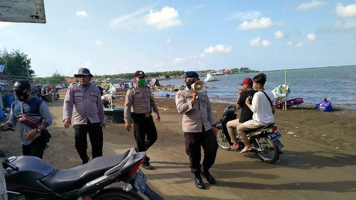PSBB Enggak Ngaruh, Ratusan Warga Indramayu Tetap Rayakan Lebaran dengan Cara Liburan di Pantai