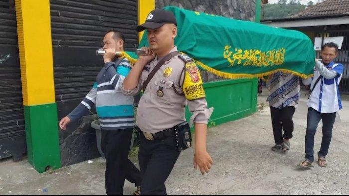 Kisah Polisi Cianjur Tiap Hari Jenguk Warga yang Sakit, Ikut Usung Keranda Sampai Kuburkan Jenazah