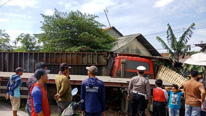 Truk Nopol Jakarta Tabrak Rumah Warga di Indramayu Sampai Hancur, Sopirnya Diduga Ngantuk Berat