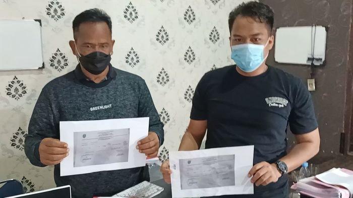 Polisi saat menunjukkan barang bukti surat swab palsu dari tangan pelaku di Mapolres Indramayu, Minggu (25/7/2021) malam