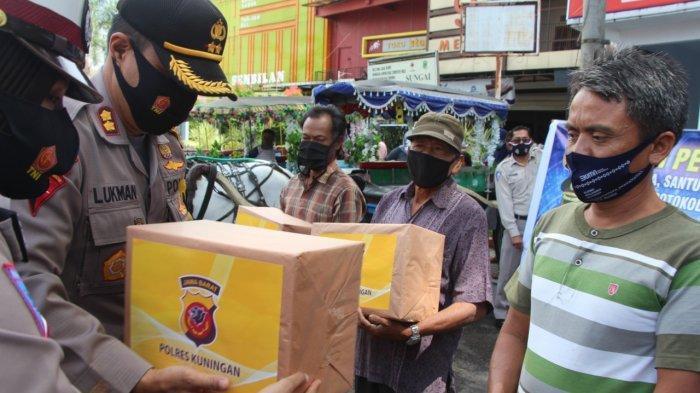 Polres Kuningan Bagi-bagikan 200 Paket Sembako dan 3000 Masker pada Operasi Zebra 2020 Ini