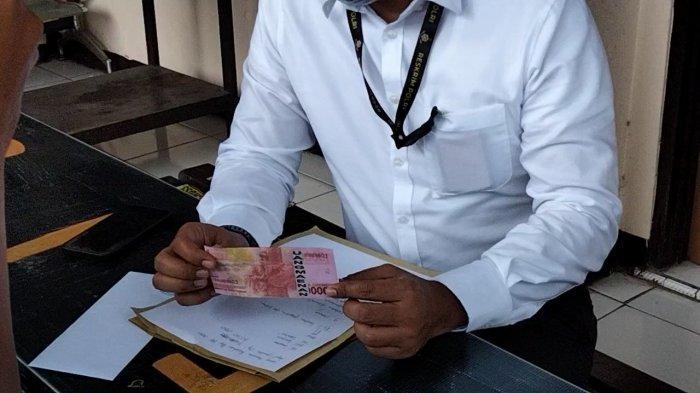 Kasat Reskrim polres Kuningan AKP Danu Raditya Atmaja saat menunjukkan barang bukti uang palsu di Mapolres Kuningan, Rabu (5/5/2021).