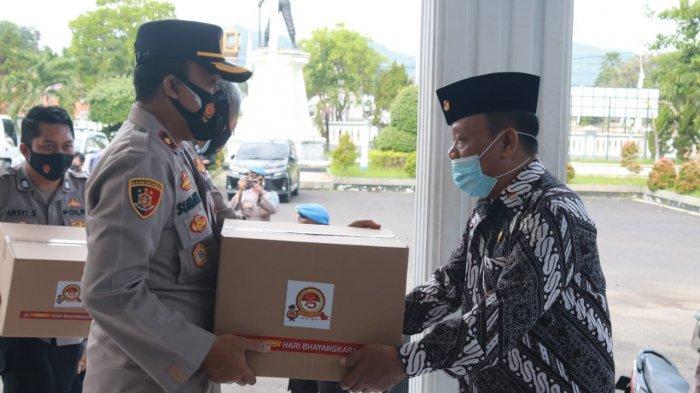 HUT Bhayangkara ke-75 Polres Majalengka Bagikan 360 Paket Sembako pada Purnawirawan dan Warakawuri
