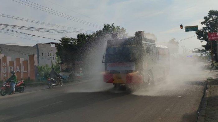Polresta Cirebon Gelar Penyemprotan Disinfektan di Ruas Jalan Kecamatan Sumber