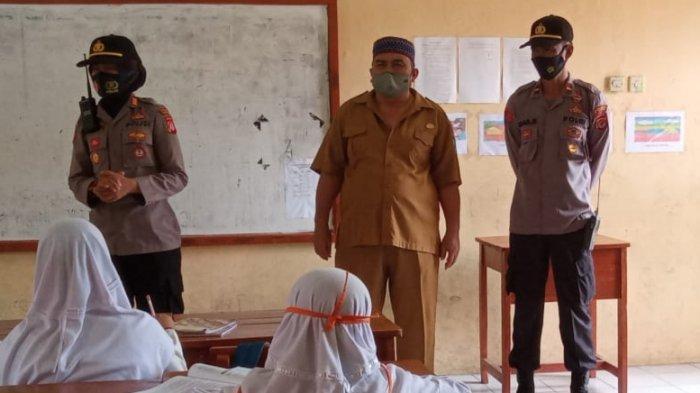 Cegah Klaster Sekolah, Petugas Polsek Cigasong Imbau Para Murid Agar Disiplin Terapkan 3M