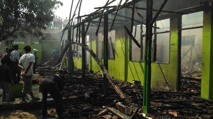 Api Lalap Bangunan Ponpes Al Hikamussalafiyah, Santri Panik Padamkan Api Pakai Ember, Keburu Ludes