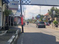 Sejumlah Tiang Listrik di KH Abdul Halim Majalengka Posisinya Membentang di Jalan, Rawan Kecelakaan
