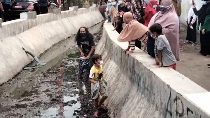 Aksi Viral Pria Nyebur ke Saluran Air Ambil Kaus Saat Jokowi Berkunjung ke Kota Cirebon