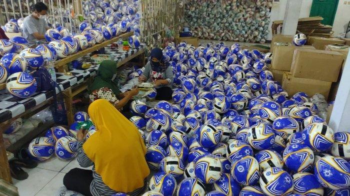 Berkah Liga 1 Pabrik Bola di Majalengka Dapat Pesanan 10.000 Bola dari Sponsor Utama Liga 1
