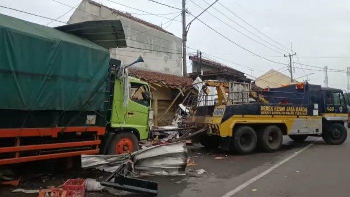 KRONOLOGI Truk Tabrak Empat Rumah dan Dua Mobil di Gunungjati Cirebon, Rumah Hancur, Mobil Penyok