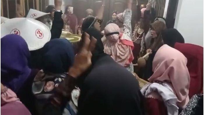 Unik, Ibu-ibu di Indramayu Gelar Ritual Jelang Pilkades dengan Ayak Biji Sambil Baca Mantra Sholawat