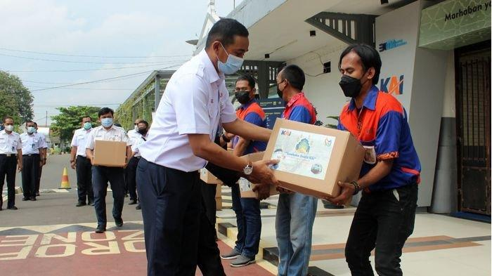 PT KAI Daop 3 Cirebon Bagikan Paket Sembako ke 100 Porter Stasiun