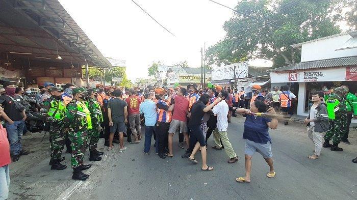 BREAKING NEWS - Penertiban Dua Aset Rumah PT KAI Daop 3 Cirebon Ricuh, Warga Hadang Petugas