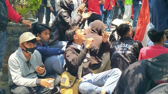 Puluhan Anak STM Menyusup saat Unjuk Rasa Penolakan Omnibus Law UU Cipta Kerja di Indramayu