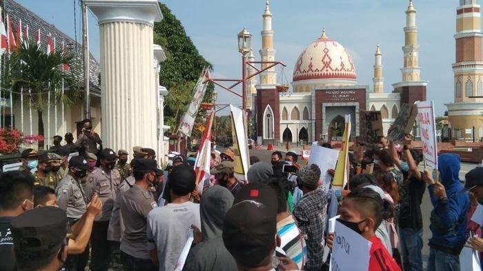 Puluhan PKL yang tergabung dalam Asosiasi Pedagang Kaki Lima (Aspek 5) menggeruduk Pendopo Kantor Bupati Majalengka, Senin (14/6/2021).