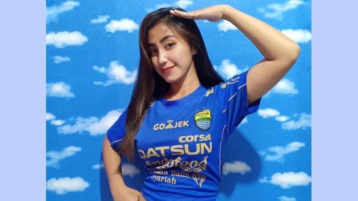 Rachel (23) salah seorang Bobotoh Geulis asal Cibaduyut, Kota Bandung.