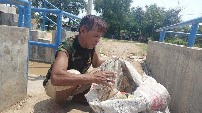 Perjuangan Ramun Memulung Sampah di Sungai Cimanuk Indramayu Demi Nafkahi Istri dan 5 Anaknya