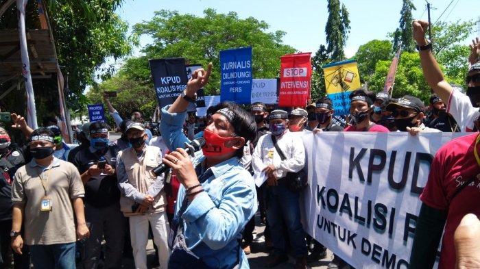 Ratusan wartawan saat menggeruduk Kantor KPU Kabupaten Indramayu, Senin (14/9/2020).