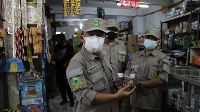 Petugas gabungan melakukan razia rokok ilegal di sejumlah pasar tradisional di Kuningan, Kamis (22/7/2021).