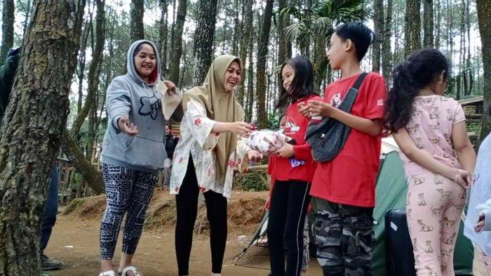 Regina Irawan, Istri Charly Van Houten Rayakan HUT RI di Talaga Surian, Bagikan Hadiah untuk Warga