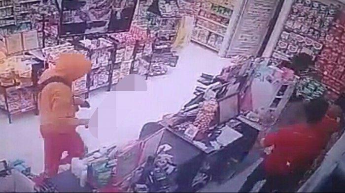 Aksi Maling Sambangi Minimarket di Kuningan Terekam CCTV, Pelaku Todongkan Senjata Tajam ke Pegawai