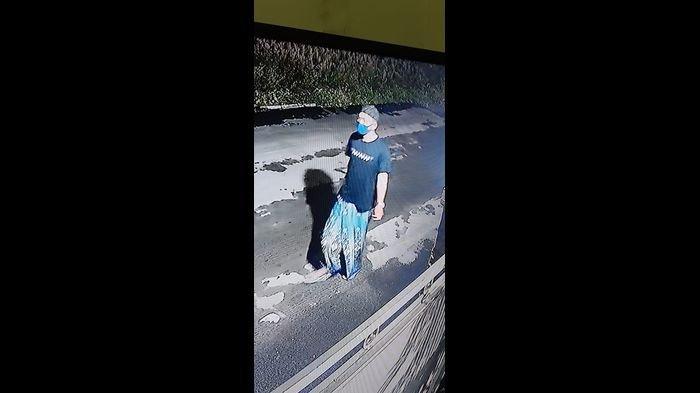 TEREKAM CCTV, Seorang Pria Bersarung dan Bermasker Curi Sepeda Motor di Sebuah Klinik di Purwakarta