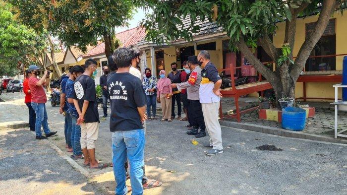 Para remaja yang ikut pesta miras dikembalikan kepada orang tua setelah dilakukan pembinaan oleh polisi di Mapolsek Losarang, Indramayu, Minggu (11/4/2021).