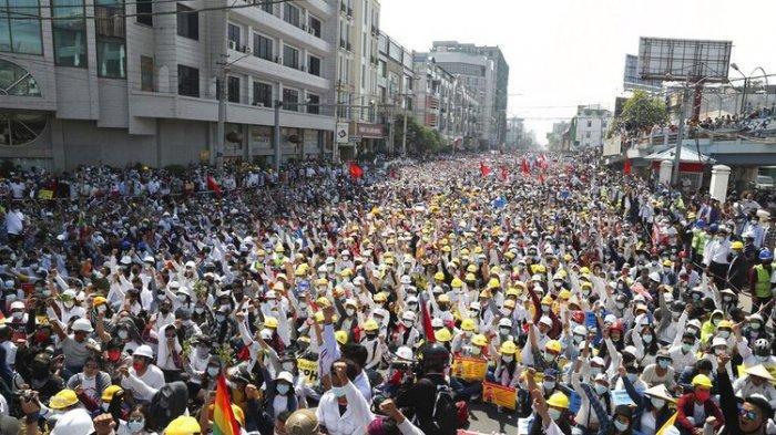 Puluhan Ribu Demonstran Turun ke Jalan Gelar Revolusi 22222 di Myanmar, Siap Mati Hadapi Tentara