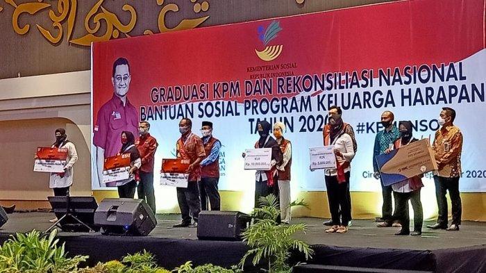 KPM PKH Cirebon dan Indramayu saat menghadiri Graduasi KPM dan Rekonsiliasi Nasional PKH di Aston Cirebon Hotel, Kabupaten Cirebon, Kamis (17/9/2020).