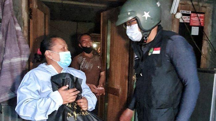 Pakai Motor Klasik, Ridwan Kamil Keliling Bandung dan Cimahi Bagikan Sembako dan Uang Tunai