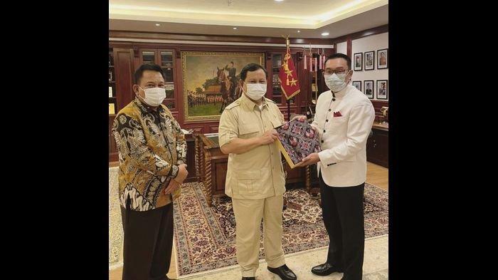 Gubernur Jabar Ridwan Kamil memberikan batik rancangannya kepada Menteri Pertahanan RI Prabowo Subianto, dipertemukan oleh Ketua DPRD Jabar Taufik Hidayat, Senin (21/6/2021)