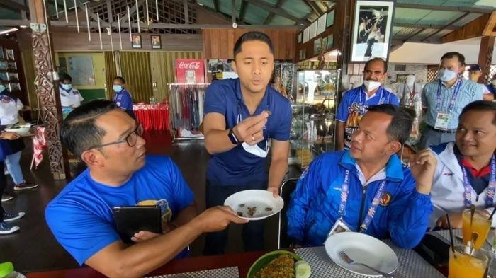 Momen Unik: Ridwan Kamil, Bima Arya, dan Hengky Kurniawan Uji Nyali Makan Ulat Sagu di Papua