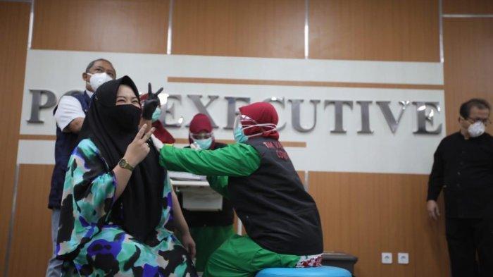 Public figure Risa Saraswati seusai jalani vaksinasi Covid-19 di RSKIA, Kota Bandung, Kamis (14/1/2021).