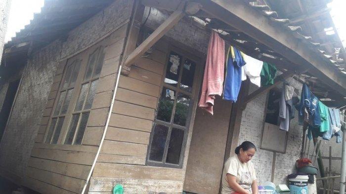 Janda Beranak Tiga Ini Jengkel, Rumah Bututnya Hanya Difoto-foto Saja, tapi Tak Kunjung Diperbaiki