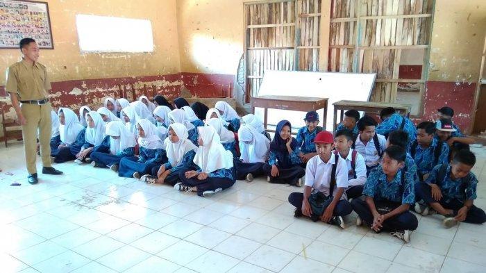 Tak Punya Ruang Kelas, Puluhan Siswa SMP di Cianjur Harus Menumpang ke Sekolah Lain Untuk Belajar